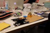 Tisch mit Arbeitsmaterialien beim Innovationstag
