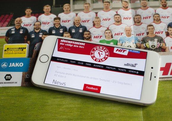 Die responsive Website von Fortuna Köln ist auf einem Smartphone geöffnet