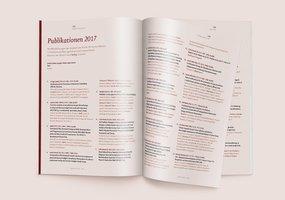 Farblich von den normalen Seiten abgesetzt ist die Publikationenliste des Jahresberichtes.
