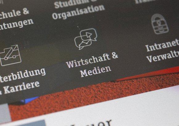 Die responsive Website der Deutschen Sporthochschule Köln ist auf einem Smartphone geöffnet