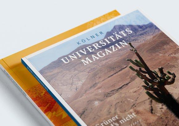 Eine Nahaufnahme von zwei Ausgaben des Universitätsmagazins zeigt einen Kaktus in der Wüste – passend zum Inhaltsthema Wüste und Wasser.