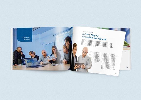 Das Kapitel »Forschung« des Jahresberichts 2018 liegt aufgeblättert auf dem Tisch.