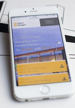 Die responsive Website der Hahn AG ist auf einem Smartphone geöffnet