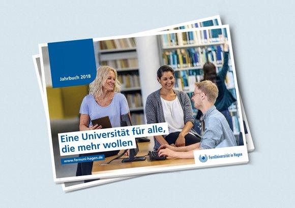 Der Jahresbericht 2018 »Lebenslanges Lernen« der FernUniversität in Hagen liegt auf einem Tisch.
