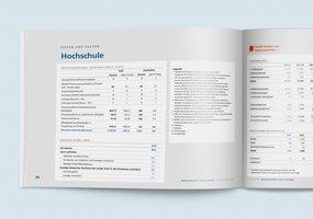 Das aufgeschlagene Jahrbuch 2018 zeigt eine Tabelle zu den Daten und Fakten der Hochschule.