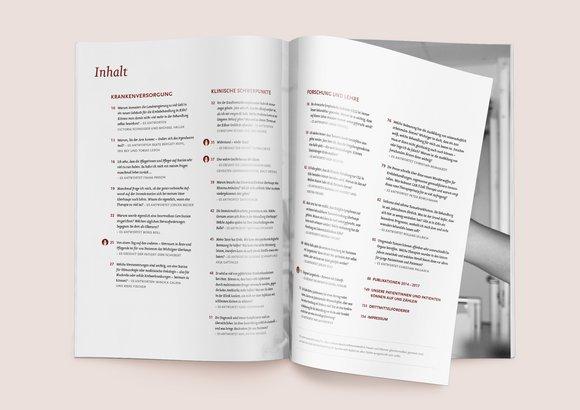Das Inhaltsverzeichnis des Jahresberichtes liegt aufgeschlagen auf einem Tisch.
