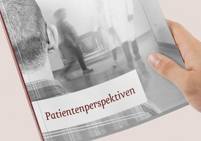 Nahaufnahme das Berichtscovers »Patientenperspektiven«, welches ein Foto mit Blick über die Schulter eines Patienten zeigt.